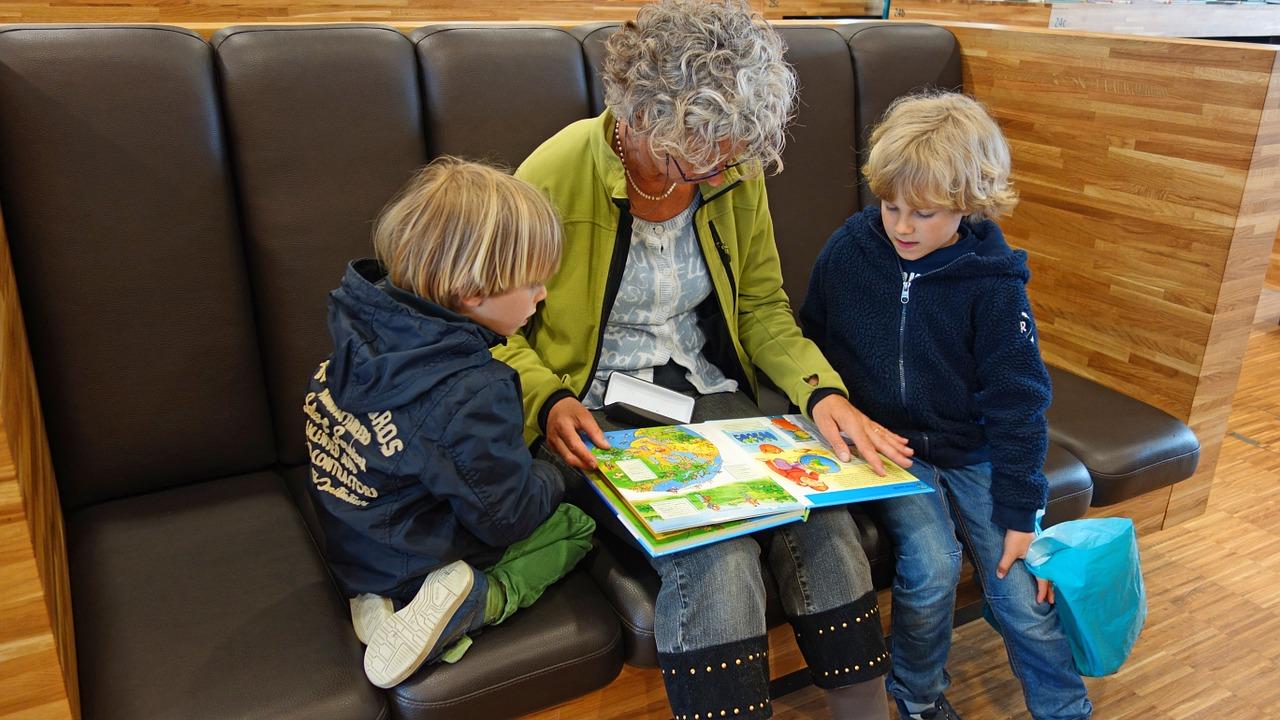 grand-mère lecture enfants